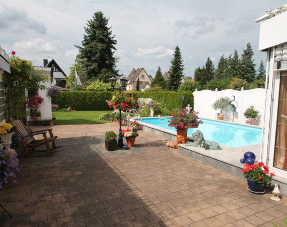 Exklusives EFH mit schönen Garten, Pool & traumhaften Anwesen 1